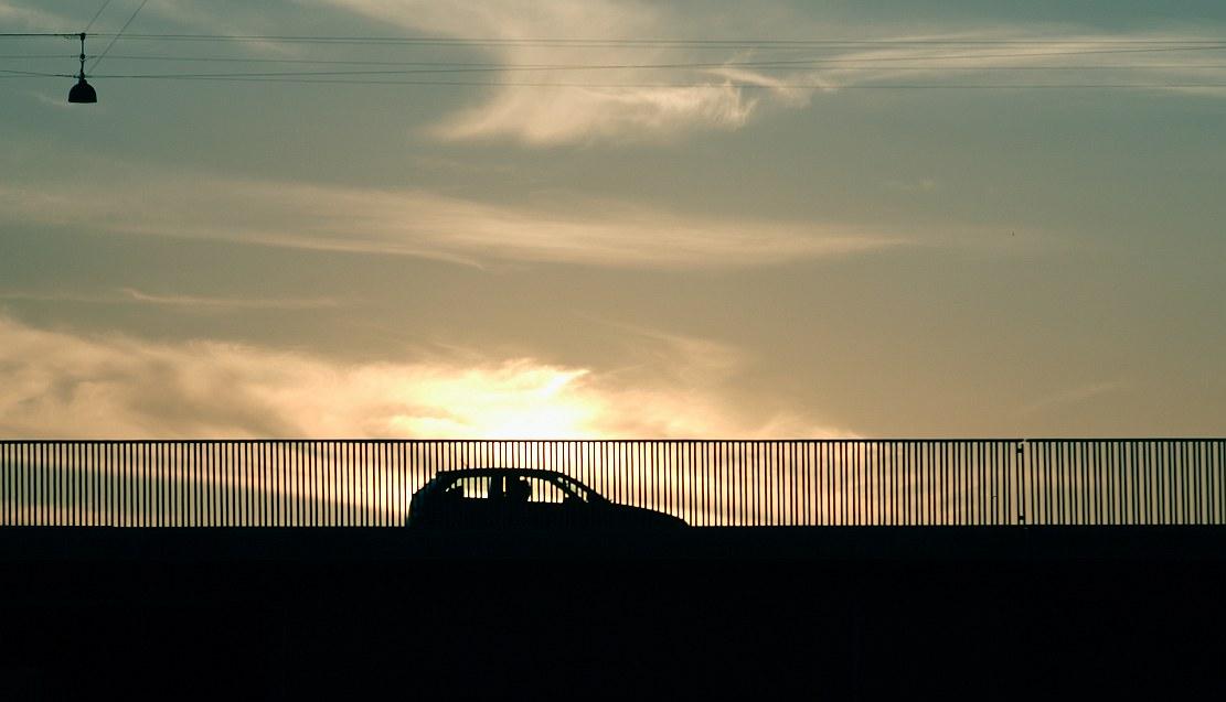 auto w świetle zachodu słońca
